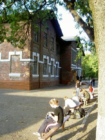 """Белореченск, средняя школа №69 (так же известная как """"Железнодорожная"""" )  Одна из школ, чей облик не менялся много лет. Все те же стены, те же лавочки, только деревья стали выше..."""